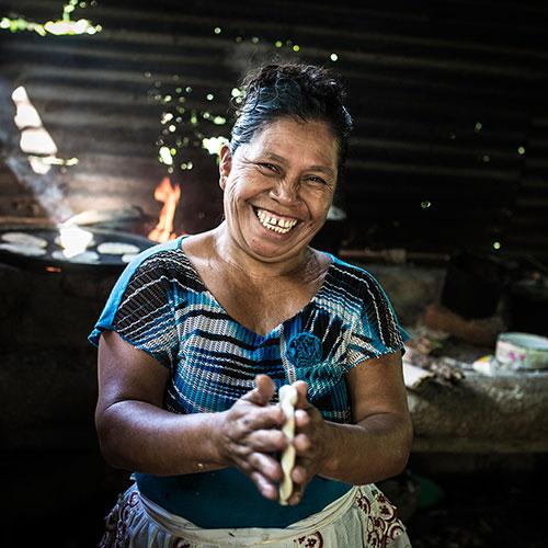 Rosa Perez i El Salvador har fått stöd av We Effect att utveckla sitt jordbruk så att det ger större skördar, det betyder att skolgång för sönerna och mat på bordet numera är en självklarhet. Foto: Jesper Klemedsson