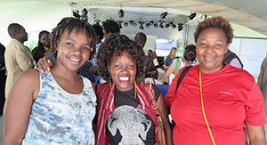 Rachael Mwikali har etablerat sig som en viktig människorättsförsvarare i Kenya. Här flankerad av Beatrice Karore och Emily Kwamboka, båda aktiva inom organisationen CGHRD. Foto: Anna Kakuli