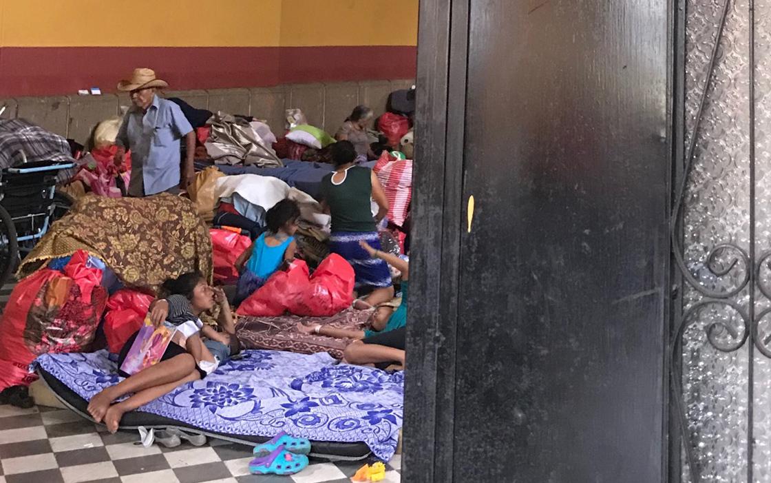 """""""Det är fruktansvärt här, barnen blir sjuka och allt saknas"""", säger en av de som bor på ett tillfälligt härbärge nära vulkanen."""