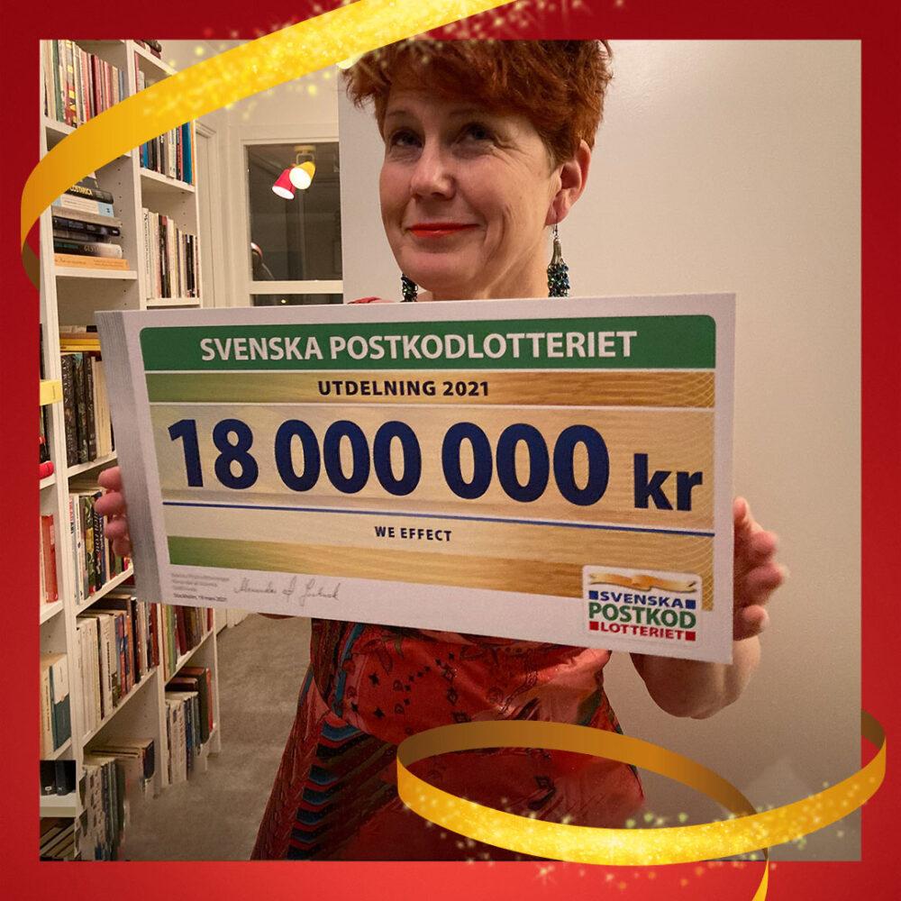 We Effect generalsekreterare Anna Tibblin med årets check från Postkodlotteriet.