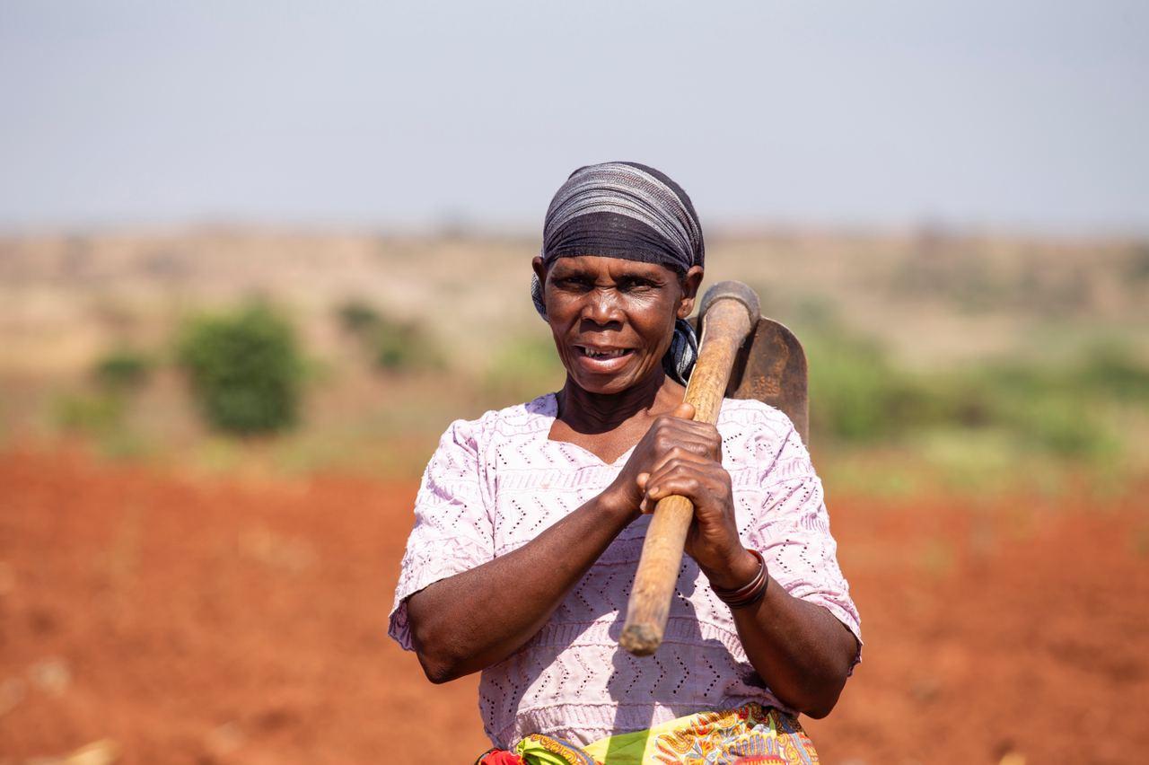 Kvinna i Mocambique som jobbar på fältet